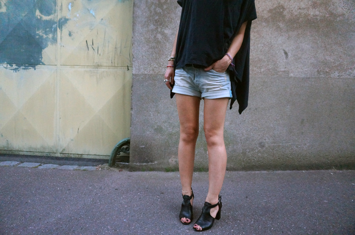 2_look_blog_mode_t_shirt_Kai_aakmann_short_jean_replay_talons_gemo