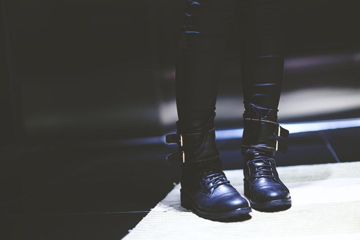 6_look_blog_mode_perfecto_cuir_vintage_pull_kiabi_pantalon_huile_zara_boots_motardes_jonak_sac_dos_nike_collier_baccarat
